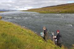 Séð norður Aðaldal. Nemendur að koma sér fyrir til sýnatöku í fyrstu viku septembermánaðar 2018.